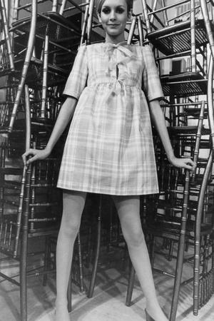 https://imgc.artprintimages.com/img/print/twiggy-wearing-dolly-dress-with-pink-ribbons-by-paul-babb-and-pamela-proctor-february-17-1967_u-l-pwgjb20.jpg?p=0