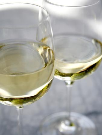 https://imgc.artprintimages.com/img/print/two-glasses-of-white-wine_u-l-phychk0.jpg?p=0