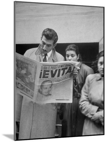 Couple Reading Newspaper Account of the Death of Evita Peron at 33 from Cancer-Alfred Eisenstaedt-Mounted Photographic Print