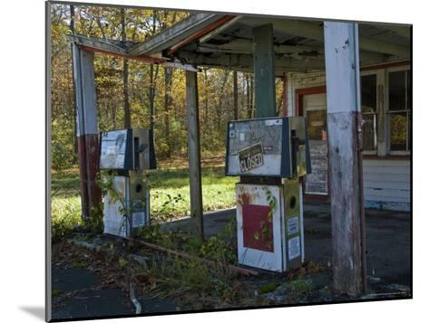 Abandoned Gas Station-Todd Gipstein-Mounted Photographic Print