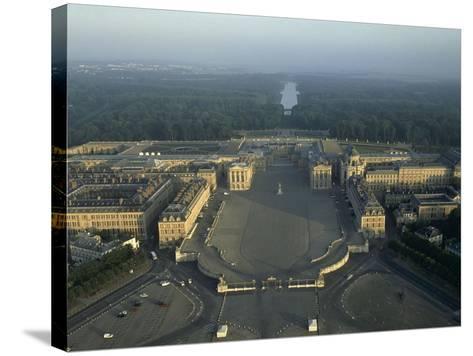Vue aérienne du château de Versailles. Vue axiale prise côté ville (vue rapprochée)--Stretched Canvas Print