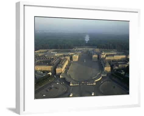 Vue aérienne du château de Versailles. Vue axiale prise côté ville (vue rapprochée)--Framed Art Print