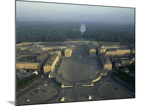 Vue aérienne du château de Versailles. Vue axiale prise côté ville (vue rapprochée)--Mounted Giclee Print