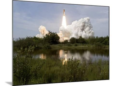 Space Shuttle Endeavour Lifts Off from Kennedy Space Center--Mounted Photographic Print