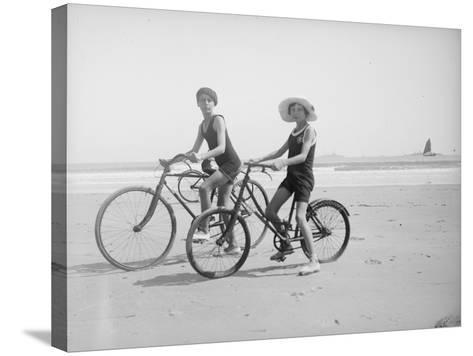 En vélo--Stretched Canvas Print