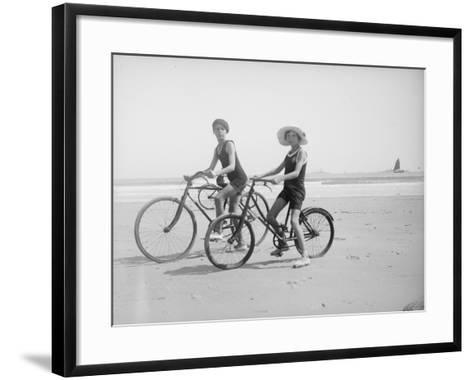 En vélo--Framed Art Print