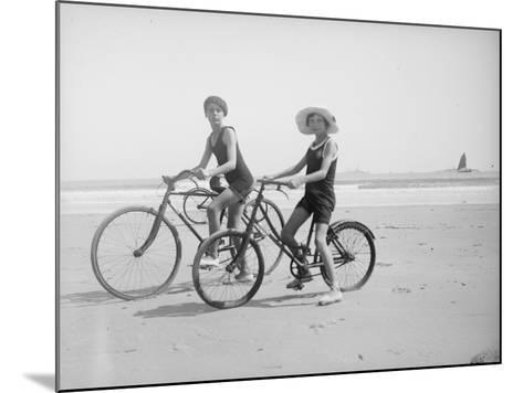 En vélo--Mounted Giclee Print