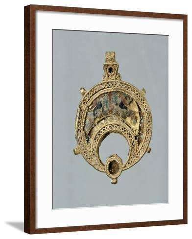 Elément de parure en forme de croissant à décor d'oiseaux--Framed Art Print