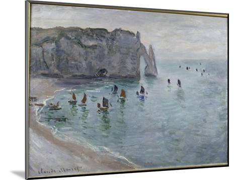 Etretat, la porte d'Aval : bateau de pêche sortant du port-Claude Monet-Mounted Giclee Print