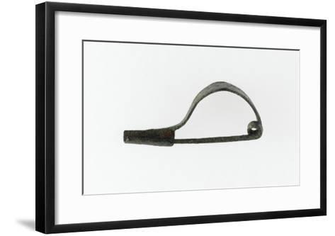 """Fibule à arc simple rubané, porte ardillon rectangulaire, à section à """"U""""--Framed Art Print"""