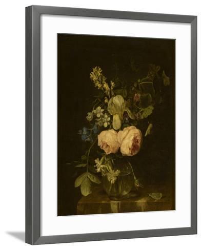 Fleurs dans un vase de verre sur une console de marbre--Framed Art Print