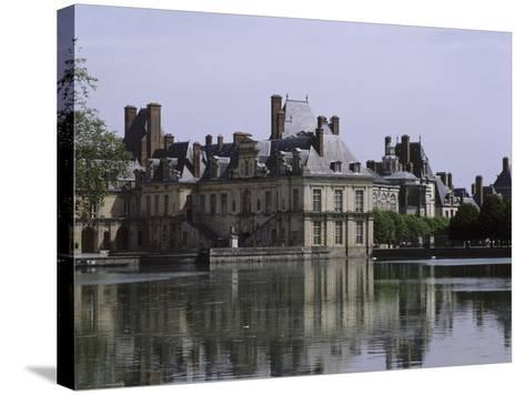 L'étang et les bâtiments de la cour de la Fontaine--Stretched Canvas Print