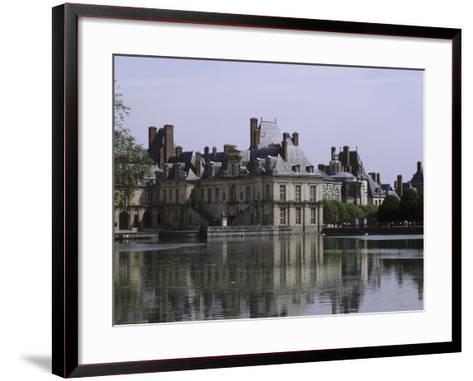 L'étang et les bâtiments de la cour de la Fontaine--Framed Art Print
