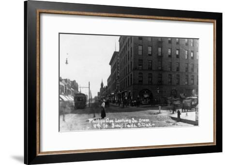 Sioux Falls, South Dakota - Southern View down Phillips Ave from 9th Street-Lantern Press-Framed Art Print