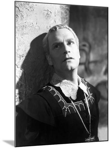 Hamlet, Laurence Olivier, 1948--Mounted Photo