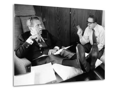President Richard Nixon and Henry Kissinger Talking on Air Force One--Metal Print