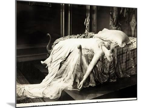 Frankenstein, Mae Clarke on lobbycard, 1931--Mounted Art Print