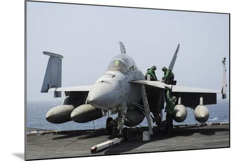 Sailors Perform Maintenance on an F-A-18F Super Hornet--Mounted Photographic Print