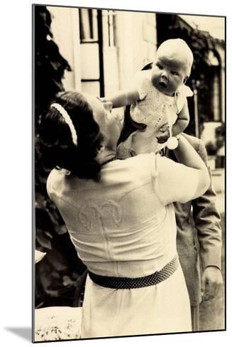 Prinzessin Juliana Mit Beatrix, Adel Niederlande--Mounted Giclee Print