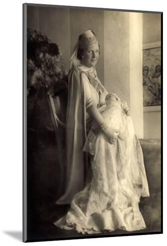 Prinzessin Juliana Mit Beatrix, Niederlande--Mounted Giclee Print