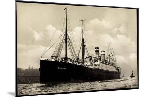 Hapag, Dampfschiff Cleveland in Fahrt Am Hafen--Mounted Giclee Print