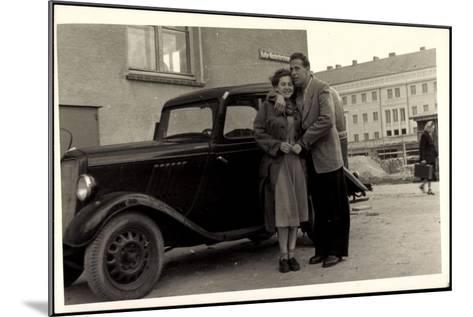 Foto Automobil, Paar, Umarmung,Katja Niederkirchener--Mounted Giclee Print