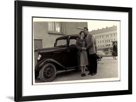 Foto Automobil, Paar, Umarmung,Katja Niederkirchener--Framed Art Print