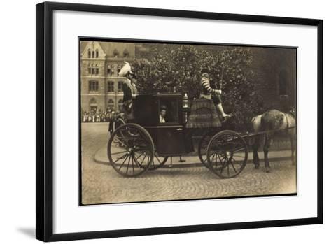 Foto Kutsche, Adelige Dame, Fahrer,Pferd,Pflasterweg--Framed Art Print