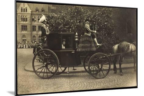 Foto Kutsche, Adelige Dame, Fahrer,Pferd,Pflasterweg--Mounted Giclee Print