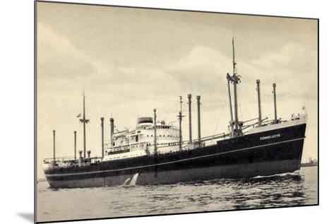 Hapag, Dampfschiff M.V. Sommelsdyk Nah Am Ufer--Mounted Giclee Print