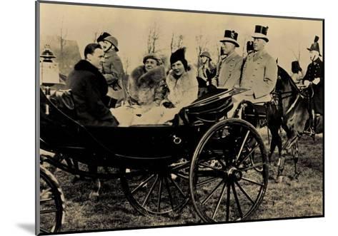Königin Wilhelmina, Prinzessin Juliana, Kutsche--Mounted Giclee Print