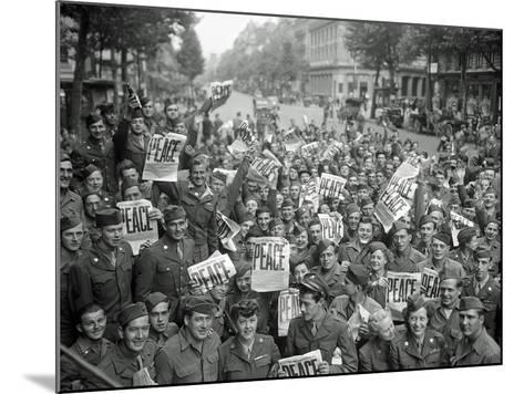 "American Servicemen and Women Gather in Front of ""Rainbow Corner"" Red Cross Club in Paris--Mounted Photographic Print"