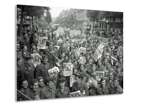 "American Servicemen and Women Gather in Front of ""Rainbow Corner"" Red Cross Club in Paris--Metal Print"