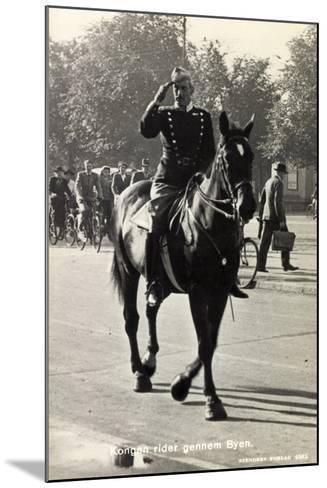 König Von Dänemark Christian X Auf Einem Pferd--Mounted Giclee Print