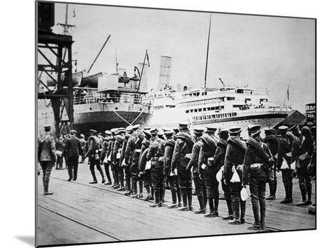 Troops of the British Expeditionary Force Embarking on a Troopship for France, 1914--Mounted Photographic Print