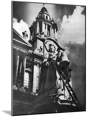 Cleaning the Statue of Queen Anne as Part of King George V's Silver Jubilee Celebrations, 1935--Mounted Giclee Print
