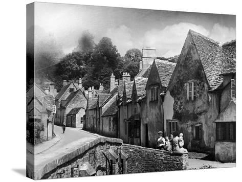 Family resting in the Cotswolds, 1935-Bernard Alfieri-Stretched Canvas Print