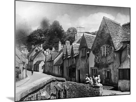 Family resting in the Cotswolds, 1935-Bernard Alfieri-Mounted Photographic Print