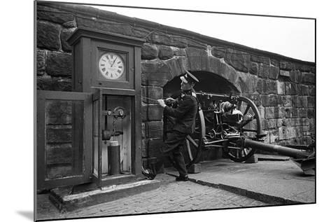 Time Gun at Edinburgh Castle 1945-George Greenwell-Mounted Photographic Print