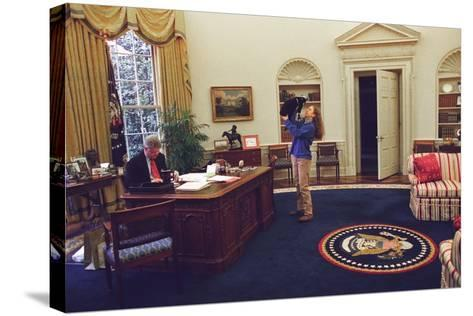 Chelsea Clinton Playing with Socks the Cat in the Oval Office--Stretched Canvas Print