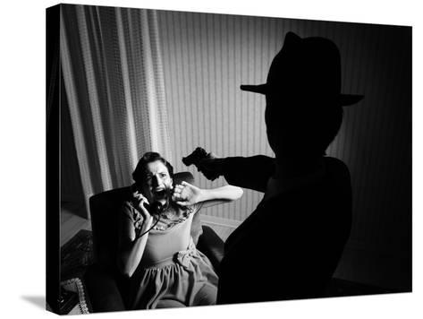 Killer Pointing the Gun at a Terrified Woman-stokkete-Stretched Canvas Print
