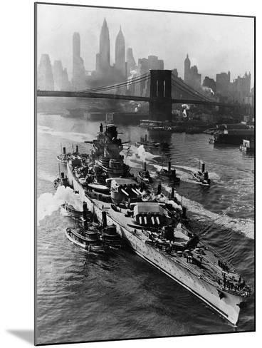 French Battleship Richelieu Passes Brooklyn Bridge--Mounted Photographic Print