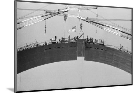 Placing Keystone into Gateway Arch in St. Louis--Mounted Photographic Print