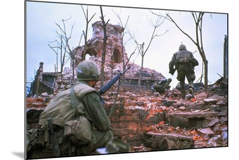 American Marines Advancing up Outer Wall of Citadel-Kyoichi Sawada-Mounted Photographic Print