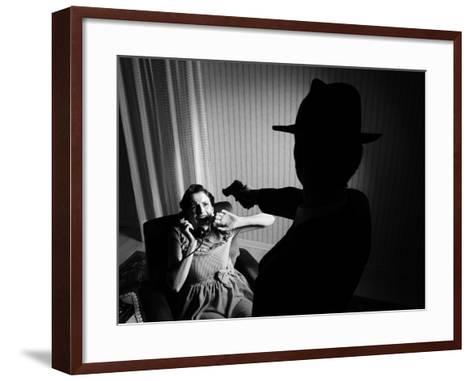 Killer Pointing the Gun at a Terrified Woman-stokkete-Framed Art Print