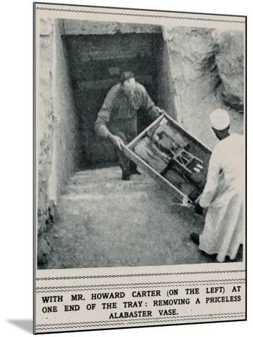 Howard Carter Removing Treasures from the Tomb of Tutankhamun--Mounted Photographic Print
