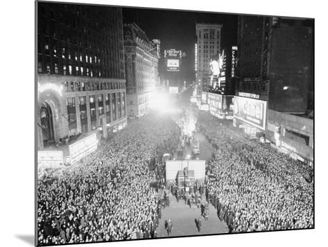 VIEW OF A CROWDED TIMES Square, NEW YORK City, ON NEW YEARS Eve, 1942-Archive Holdings Inc.-Mounted Photographic Print