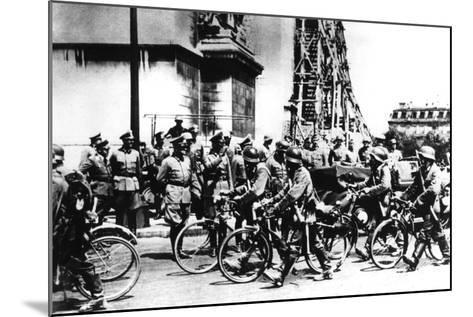 German Soldiers Marching Past the Arc De Triomphe, Paris, 14 June 1940--Mounted Photographic Print