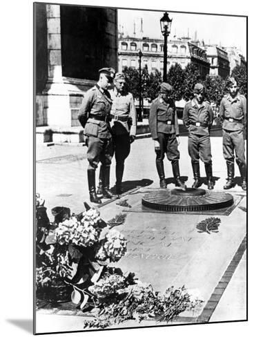 German Soldiers at the Tomb of the Unknown Soldier at the Arc De Triomphe, Paris, December 1940--Mounted Photographic Print