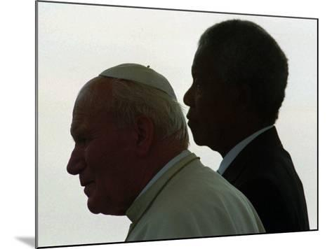 Pope John Paul II and South African President Nelson Mandela--Mounted Photographic Print